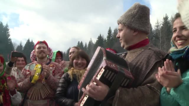 vídeos de stock e filmes b-roll de russians gathered on sunday in abramtsevo near moscow to celebrate maslenitsa a traditional celebration from the pagan culture which marks the end of... - eastern european culture