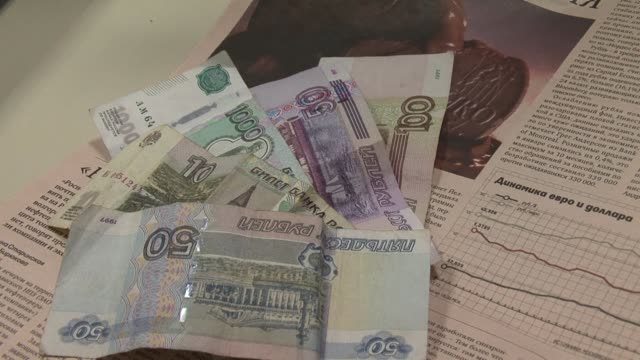 vídeos y material grabado en eventos de stock de russia's currency fell to a six month low wednesday as oil prices were forced down by china's devaluation of the yuan for the second straight day... - devaluation