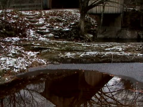 rustic covered bridge - überdachte brücke brücke stock-videos und b-roll-filmmaterial