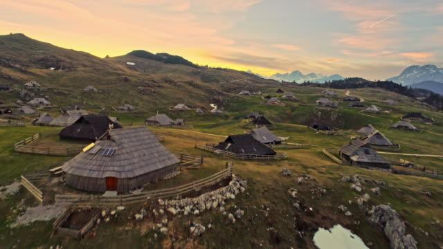 Maisons en WS sur paysage de montagne, Velika Planina, Slovénie