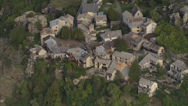 vidéos et rushes de aerial rustic village on mountainside/ zo mountains and gorge/ alpes-maritimes, france - endroit isolé