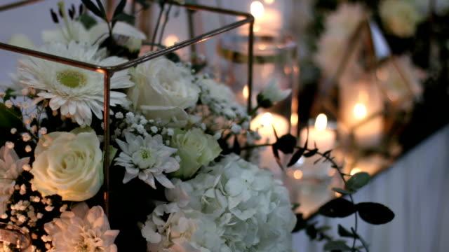 vídeos de stock, filmes e b-roll de decoração rústica de mesa de jantar de casamento - casamento