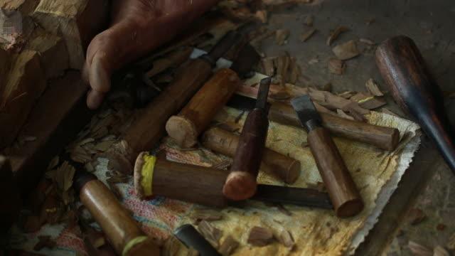 rustic wood carving tools in myanmar - einige gegenstände mittelgroße ansammlung stock-videos und b-roll-filmmaterial