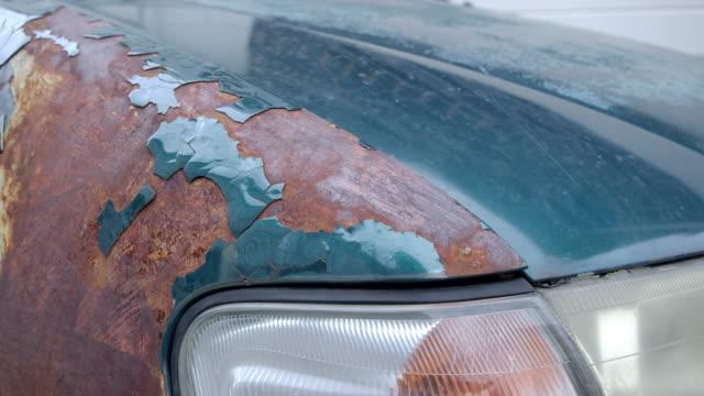 vídeos de stock, filmes e b-roll de 4k rusting carros antigos, a pintura cai. o carro verde velho na condição da fora-cor - envelhecido efeito fotográfico