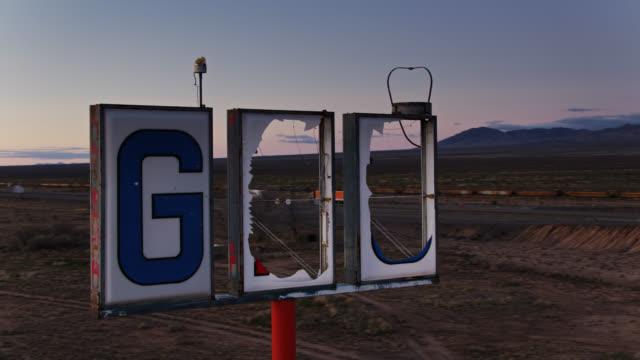 vidéos et rushes de rusty and broken gas station sign by i-10 in new mexico - aerial - lettre de l'alphabet