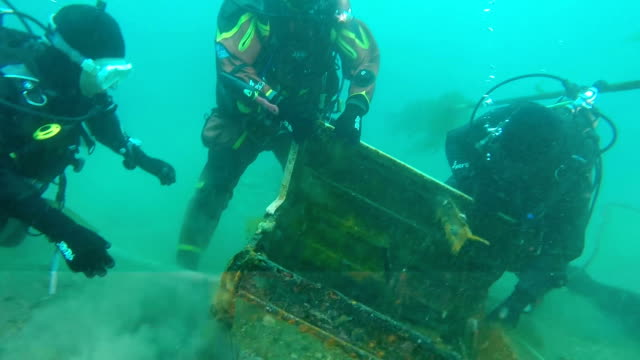 stockvideo's en b-roll-footage met a rusty desk recovered from the seabed here speaks volumes of the cleanup task confronting volunteer divers as the fifth anniversary of the... - 4 5 jaar