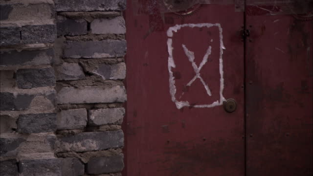vidéos et rushes de cu rusty door with warning sign, beijing, china - imperfection