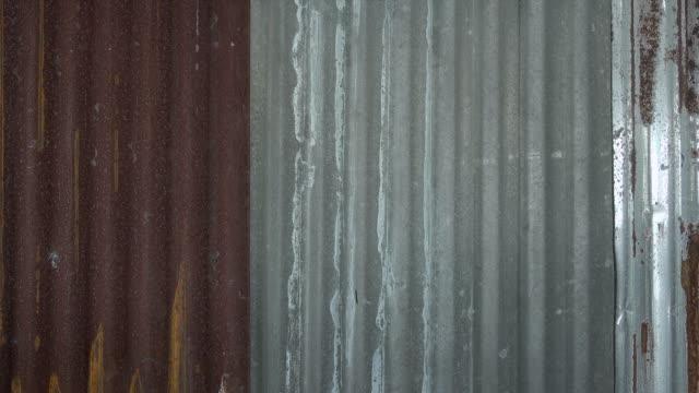 vídeos de stock, filmes e b-roll de folha oxidada do fundo do metal dolly disparado - envelhecido efeito fotográfico