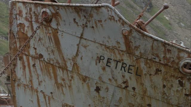 vídeos de stock, filmes e b-roll de cu, tu, rusty shipwreck with harpoon, grytviken, south georgia island - ilhas do oceano atlântico