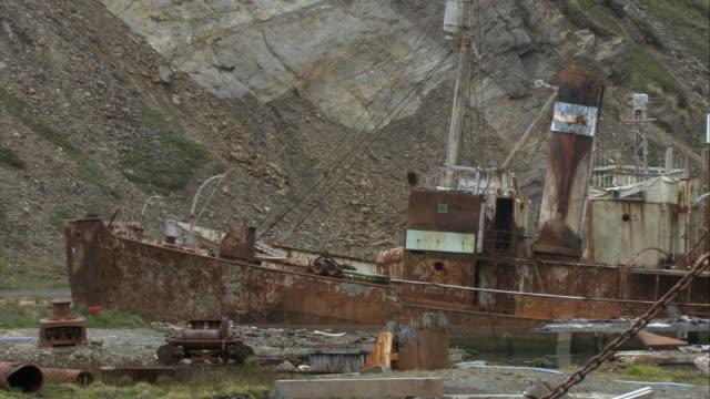 stockvideo's en b-roll-footage met ms, tu, cu, rusty shipwrecks, grytviken, south georgia island - atlantische eilanden