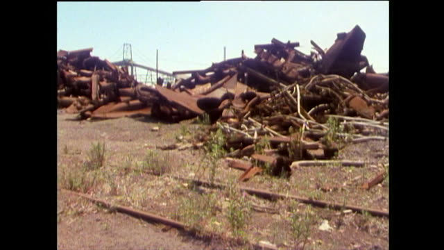 vídeos de stock e filmes b-roll de rusty steel piled outside abandoned factories; chicago, 1989 - chicago 'l'