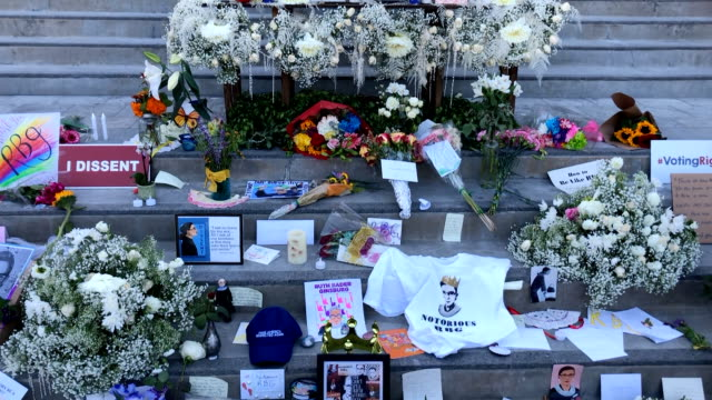 los angeles california september 25 2020 ruth bader ginsburg memorial at the skirball cultural center has messages and posters on the steps of the... - kampf der geschlechter konzept stock-videos und b-roll-filmmaterial