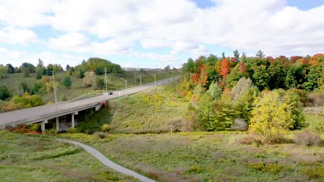 vídeos y material grabado en eventos de stock de rutherford road y william granger greenway en boyd conservation park en otoño, woodbridge, vaughan, canadá - william boyd