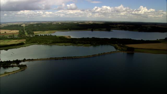 rutland water-vista aerea-inghilterra, rutland, edith weston, regno unito - famous place video stock e b–roll