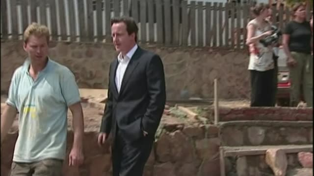 rwandan man exiled in uk warned about threat to his life; t24070725 /tx rwanda: ext david cameron mp along with others during visit to school... - 追放点の映像素材/bロール