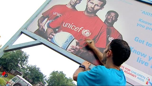 ryan giggs signs unicef hiv poster - retrovirus video stock e b–roll