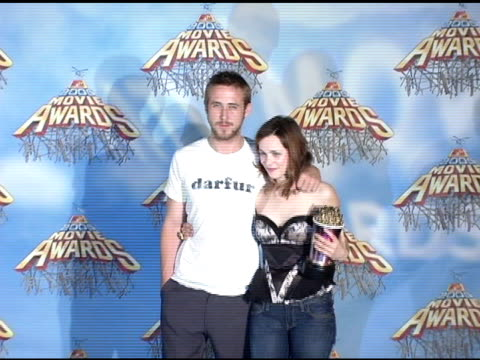 ryan gosling and rachel mcadams winners of best kiss for 'the notebook' at the 2005 mtv movie awards press room at the shrine auditorium in los... - ryan gosling stock videos and b-roll footage