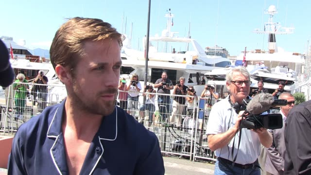 vídeos y material grabado en eventos de stock de ryan gosling signs autographs for fans at the 'drive' photocall in cannes 05/20/11 - autografiar