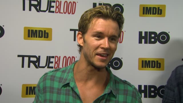 vídeos de stock, filmes e b-roll de ryan kwanten on another year at comic con, his favorite party of the experience, what's coming up on true blood and how he uses imdb. at hbo and... - 2013