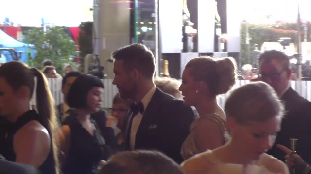 ryan reynolds & blake lively outside the golden globe awards at beverly hilton hotel in beverly hills in celebrity sightings in los angeles, - the beverly hilton hotel stock-videos und b-roll-filmmaterial