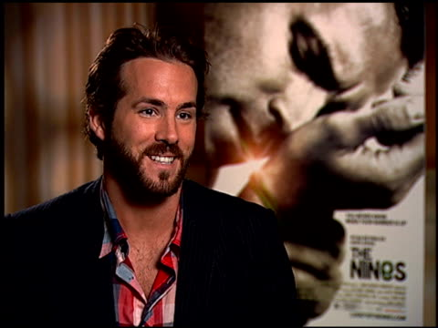 ryan reynolds discusses the challenge of playing an autobiographical character at the 'the nines' press junket on august 20 2007 - biographie stock-videos und b-roll-filmmaterial