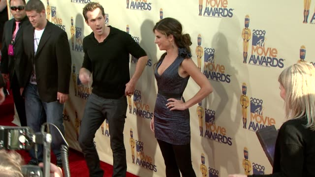 ryan reynolds , sandra bullock at the 18th annual mtv movie awards at universal city ca. - mtvムービー&tvアワード点の映像素材/bロール