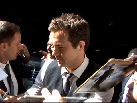 vídeos y material grabado en eventos de stock de ryan reynolds signs autographs for fans as he departs 'live with regis & kelly' in new york 06/15/11 - autografiar