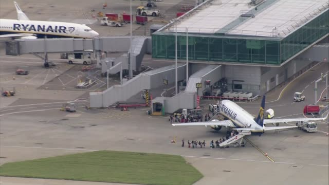 michael o'leary speaks at agm air view passengers queuing to board ryanair plane - jahreshauptversammlung stock-videos und b-roll-filmmaterial