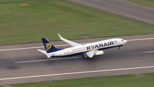 michael o'leary speaks at agm england london stansted airport ryanair plane taking off - jahreshauptversammlung stock-videos und b-roll-filmmaterial