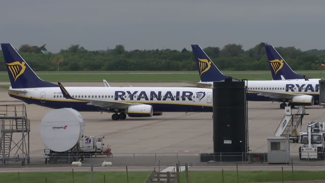 ryanair cancellation crisis: michael o'leary speaks at agm; ryanair plane along to park with other planes - 年次総会点の映像素材/bロール
