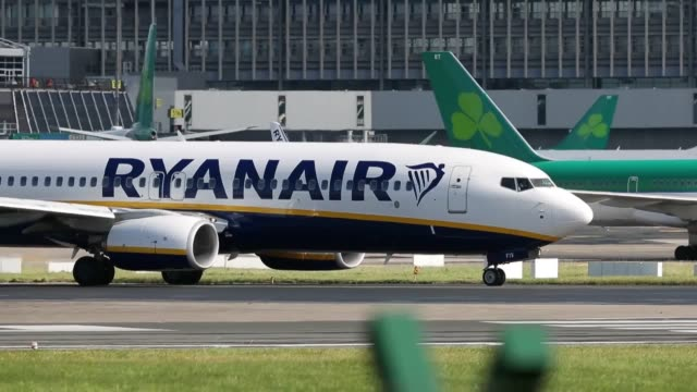 ryanair signage and planes at dublin airport as the crisis over pilot shortages and warnings that crews are rejecting cash bonuses to commit to the... - jahreshauptversammlung stock-videos und b-roll-filmmaterial