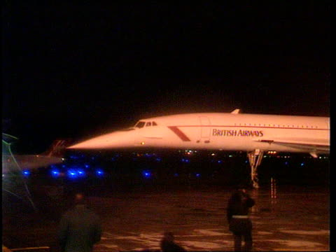 european victory; night ireland: dublin lights of concorde as landing r-l taxiing side walkway from plane dock with crowds on top cheering and waving... - pgaイベント点の映像素材/bロール