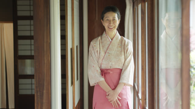 ryokan hostess bowing and smiling to camera - regole dell'etichetta video stock e b–roll