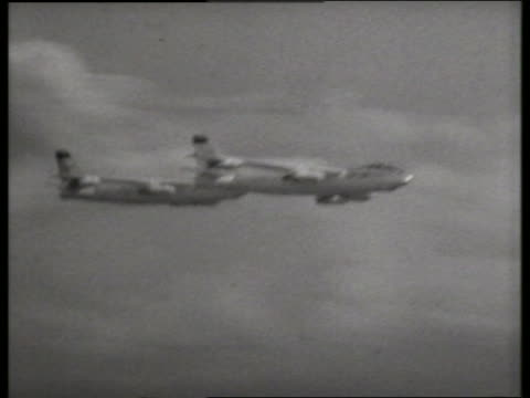 stockvideo's en b-roll-footage met b/w 1950's 3 military airplanes flying in formation / lowry air force base, denver / sound - kleine groep dingen