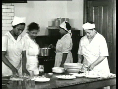 stockvideo's en b-roll-footage met b/w 1930's 4 black women cooking in kitchen / sound - huishuidkunde