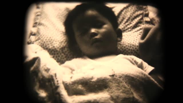 60er jahre 8 mm filmmaterial - baby schläft - nostalgie stock-videos und b-roll-filmmaterial