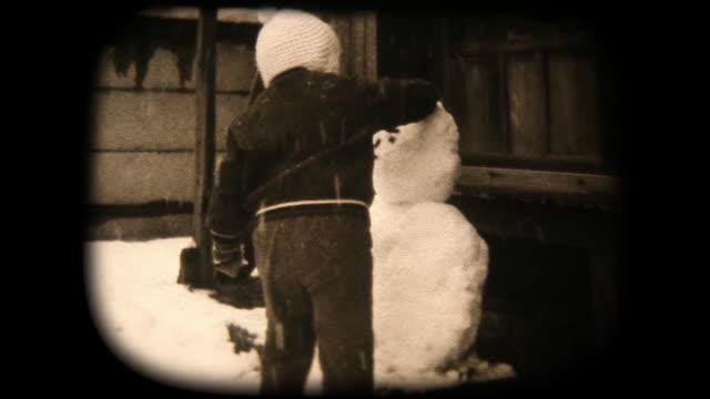 stockvideo's en b-roll-footage met 60 's 8 mm footage - boy spelen met sneeuw - showaperiode