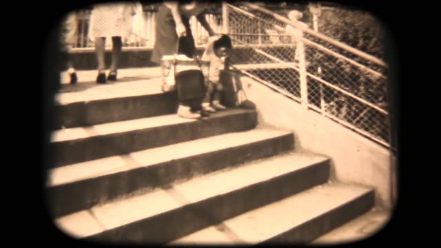 60 年代の 8 mm 映像 -、階段を登ってくる - 1970~1979年点の映像素材/bロール