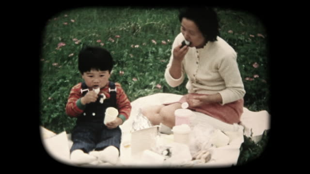 60 's 8 mm footage - familie buiten picknicken
