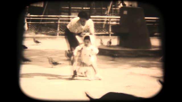 60 年代 8 mm 映像 - 公園で散歩 - 思い出点の映像素材/bロール