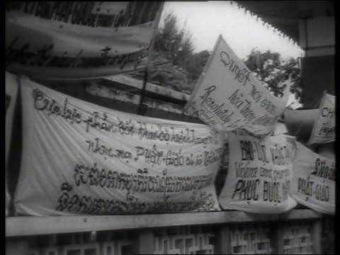 s banners with vietnamese writing / saigon / sound - vietnamkriget bildbanksvideor och videomaterial från bakom kulisserna
