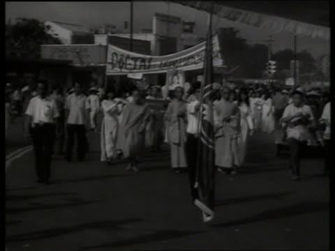 s buddhists demonstrating in street / saigon / sound - vietnamkriget bildbanksvideor och videomaterial från bakom kulisserna