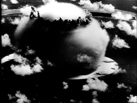 vídeos de stock, filmes e b-roll de 1940's b/w montage devastating explosion of atomic bomb with characteristic mushroom cloud / usa - nuvem cogumelo
