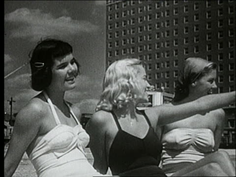 vídeos y material grabado en eventos de stock de b/w 1940's close up of 3 women in swimsuits sitting on beach / atlantic city - traje de baño de una pieza