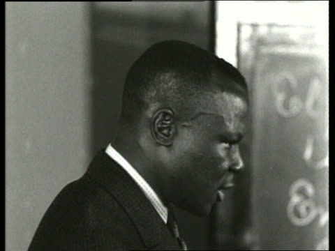 stockvideo's en b-roll-footage met b/w 1930's close up of black man (teacher) talking / sound - 30 39 jaar