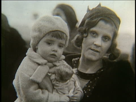 vídeos y material grabado en eventos de stock de b/w 1900's close up of immigrant woman holding small girl - gorro de lana