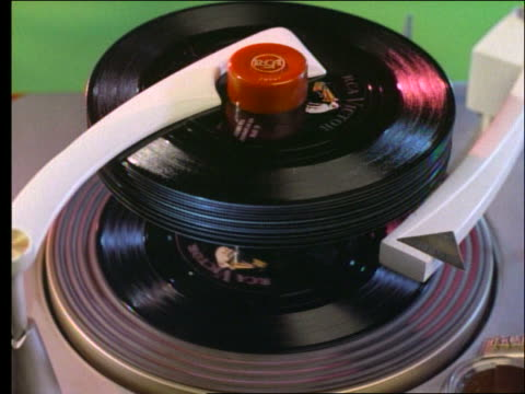 stockvideo's en b-roll-footage met 1950's close up of stack of 45rpm records on phonograph - middelgrote groep dingen