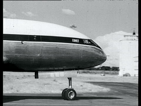 s 'comet' the world's first regularly schedule airline taxing on runway in livingston south africa 1952 - 彗星点の映像素材/bロール