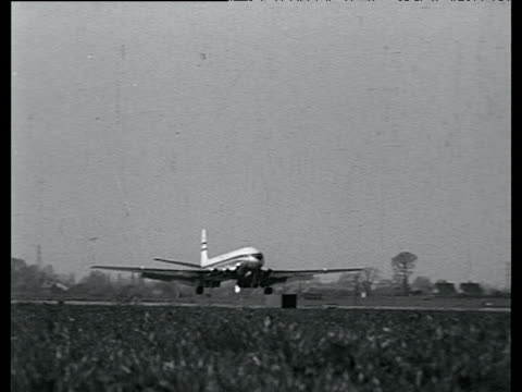 s 'comet' world's first regularly scheduled airline coming in for a landing in khartoum on its way to johannesburg 1952 - 彗星点の映像素材/bロール