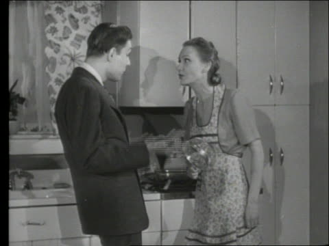 stockvideo's en b-roll-footage met b/w 1950's couple arguing in kitchen - ruziemaken